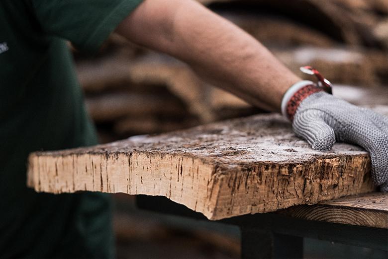 挑选软木板及切条